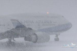 新千歳空港で猛吹雪の中離陸する飛行機を撮影した動画が話題に(海外の反応)