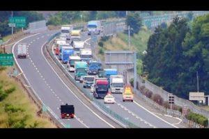 中央自動車道で車線切替工事のため先頭固定しているのを撮影した動画が海外でも話題に(海外の反応)